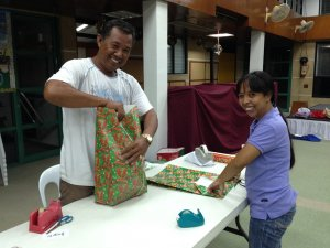 Wrapping_gifts_4